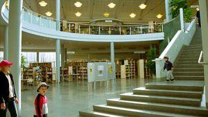 Yleisnäkymä kirjastoon, taustalla lasten- ja musiikkiosastot.