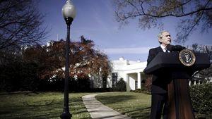 George Bush puhui Valkoisen talon pihalla 5. joulukuuta 2008, jolloin hän toimi vielä Yhdysvaltain presidenttinä.