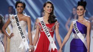 Miss Universum -kisan kolme kauneinta missiä odottavat voittajan julistamista.