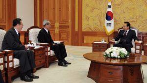 Oikealla istuva Etelä-Korean presidentti Lee Mying-bak tapasi Soulissa Pohjois-Korean edustajat, Kim Yang-gonin ja Kim Ki-namin.