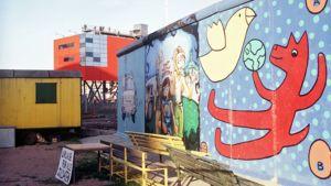Berliinin muurin säilytetty osa, jossa on graffiteja.