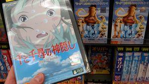 Hayao Miyazakin suositun Henkien kätkemä-elokuvan DVD myynnissä tokiolaisessa myymälässä.