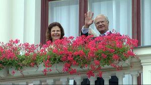 Ruotsin kuningas Kaarle XVI Kustaa vilkuttaa Raatihuoneen parvekkeelta.