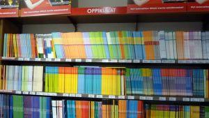 Oppikirjoja kirjakaupassa.