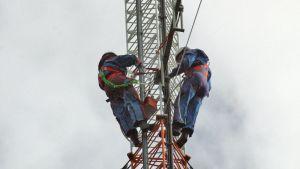 Miehiä asennustyössä 60 metrin korkeudessa