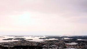Maisemakuva Kuopiosta Puijon tornista kuvattuna.