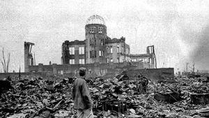 Liittoutuneiden sotakirjeenvaihtaja katsoo atomipommin tuhoamaa Hiroshimaa 8.9.1945.