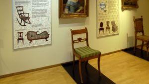 Tyylihuonekalu Satakunnan Museon näyttelyssä.
