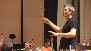Hannu Lintu johtaa orkesteria.