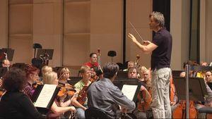 Hannu Lintu johtaa Tampere Filharmoniaa.