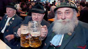 Traditionaalista oluen nauttimista traditionaalisissa saksalaisissa asuissa.