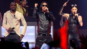 Black Eyed Peas -yhtye esiintyy.