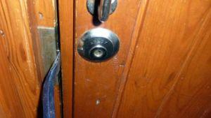 Sorkkaraudalla murretaan oven lukko.