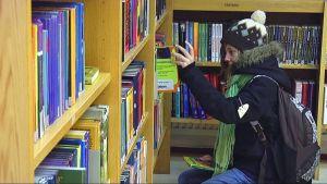 Tyttö kirjastossa