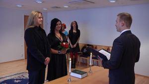 Vantaalainen pariskunta meni naimisiin Helsingin maistraatissa 090909.