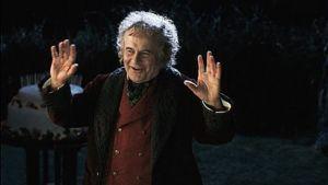 Ian Holm näyttelee Bilbo Reppulia.