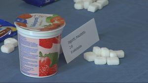 Tuotteiden sokerimääriä havainnollistetaan sokeripalojen avulla.