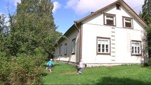 Vehkapuron koulu takaapäin, juoksevia lapsia