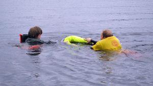 Tumpeloa pelastetaan yleisön edessä Viisaasti vesillä -tapahtumassa Kajaanissa.