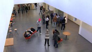 Oppilaita koulun aulassa.
