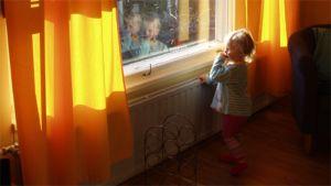 Lapsi ikkunan vieressä.