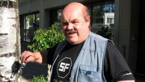 Kansantaiteilija Jaakko Teppo Joensuusta.
