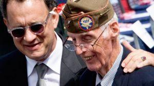 Näyttelijä Tom Hanks tapasi toisen maailmansodan veteraanin William F. Edwardsin viime kesäkuussa.