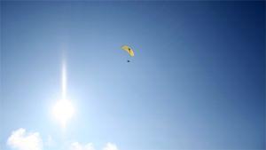 Riippuliitäjä aurinkoisella taivaalla.
