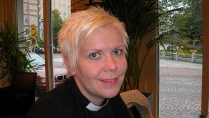 Pieni kuolema Jerusalemissa -näytelmän käsikirjoittaja, pastori Helena Paalanne.