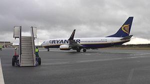 Ryanairin matkustajalentokone lentokentällä.