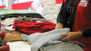 Kansainväliseen apuun sopimattomat vaatteet ovat esillä Joensuun Kontissa.