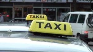 Taksit odottavat taksitolpalla.