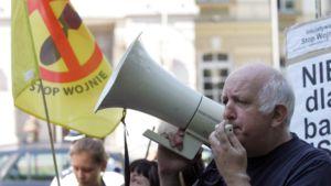 Mies puhuu kovaääniseen mielenosoituksessa USA:n ohjuskilpeä vastaan Varsovassa 20. elokuuta 2009.
