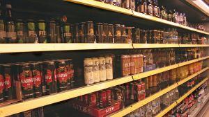 Olutta ja siideriä kaupan hyllyllä