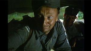 Paavo Liski alikersantti Rokkana ja Seppo Juusonen sotamies Suden roolissa ilmoittautuvat komppanian päällikölle Rauni Molbergin versiossa Tuntemattomasta sotilaasta.