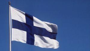 Suomen lippu liehuu lipputangossa.