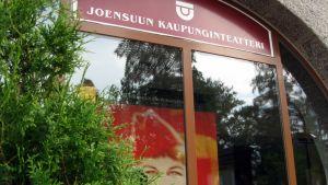 Joensuun kaupunginteatterin pääsisäänkäynti.