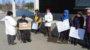 Matkapalvelukeskuksen toimintaa vastustanut mielenosoitus Simossa keväällä 2009.