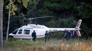 Ryöstössä käytetty helikopteri metsän reunassa