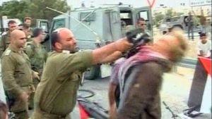 Sotilas lyö mielenosoittajaa kiväärillä