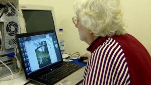 Vanhus käyttää tietokonetta