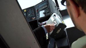Mies maksaa bussilipun