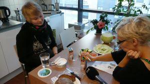Karoliina Saikkonen ja Titta Herring maistelevat vegaaniherkkuja.