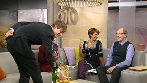 Vuoden 2008 hovimestarikilpailun voittaja Arttu Sademaa tarjoaa valkoviiniä Aamu-TV:n studiossa juontajille Riina Malhotralle ja Tomi Korhoselle.