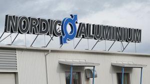 Nordic Aluminiumin tuotantolaitoksen katolla oleva valomainoskyltti.
