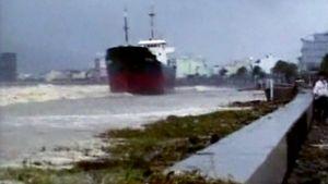 Taifuunin Danangissa Vietnamissa rantaan ajama suurehko rahtilaiva