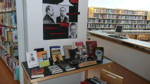 Roi kirjasto kirjoja esillä