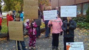 Mielenosoittajat vaativat kyläkoulujen säilyttämistä.