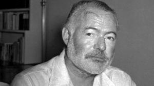 Yhdysvaltalainen kirjailija Ernest Hemingway Kuuban asunnollaan lähellä Havannaa.