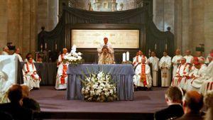 Messutilaisuus Torinon katedraalissa. Käärinliina on esillä pyhäinjäännösalttarissa messua pitävän papin takana.